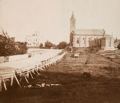 Oikealla roomalaiskatolinen Pyhän Henrikin katedraali, arkkitehti Ernst Bernhard Lohrmann 1860, Paavalinkatu (nyk. Pyhän Henrikin aukio 1) ja vasemmalla ns