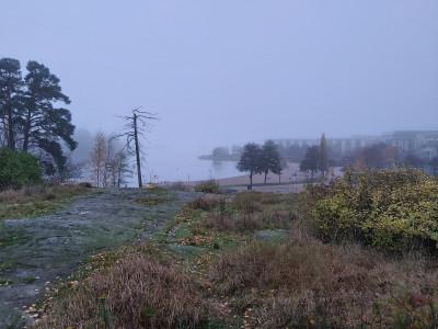 Näkymä Tuorinniemenpuiston kallioilta Tuorinniemenpuiston hiekkarannan, Kaivolahden ja Killingholmansalmen suuntaan