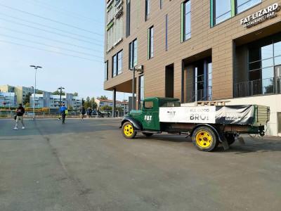 Kauppakeskus Hertsissä sijaitsevan ravintola Fat Lizard Herttoniemen edustalle on pysäköity lavallinen kuorma-auto