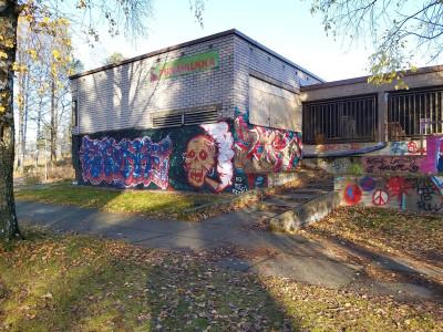 Käytöstä poistettu Jakomäen alakoulurakennus, Huokotie 3. Oppilaat ovat siirtyneet opiskelemaan uuteen koulurakennukseen