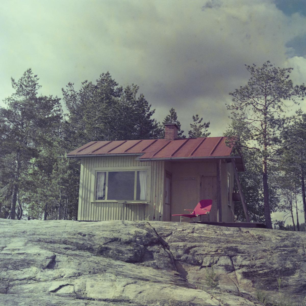 Kesämökki kallioisessa maisemassa.