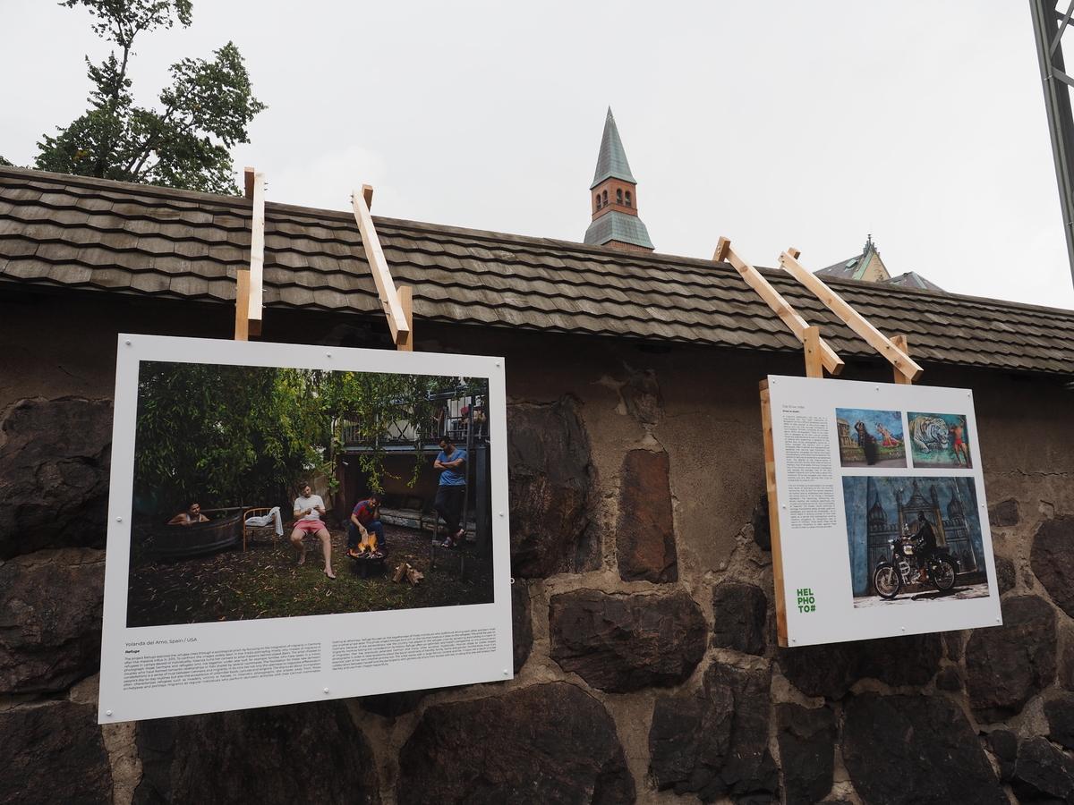 Kansallismuseon ympärillä olevissa kivimuureissa esillä oleva Helsinki Photo Festivaalin päänäyttely