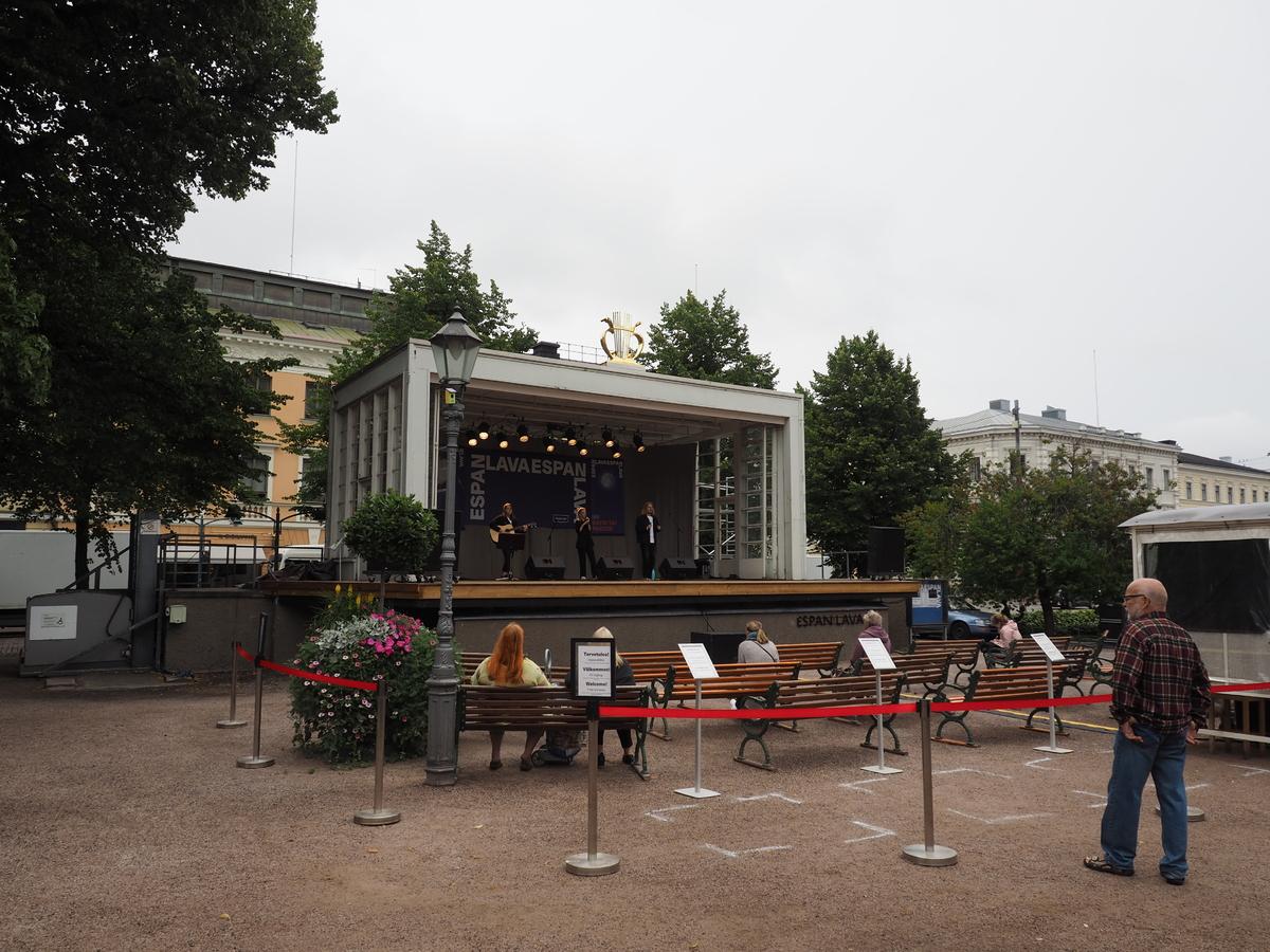 Turvavälein istuvaa yleisöä katsomassa Espan lavalla olevaa musiikkiesitystä