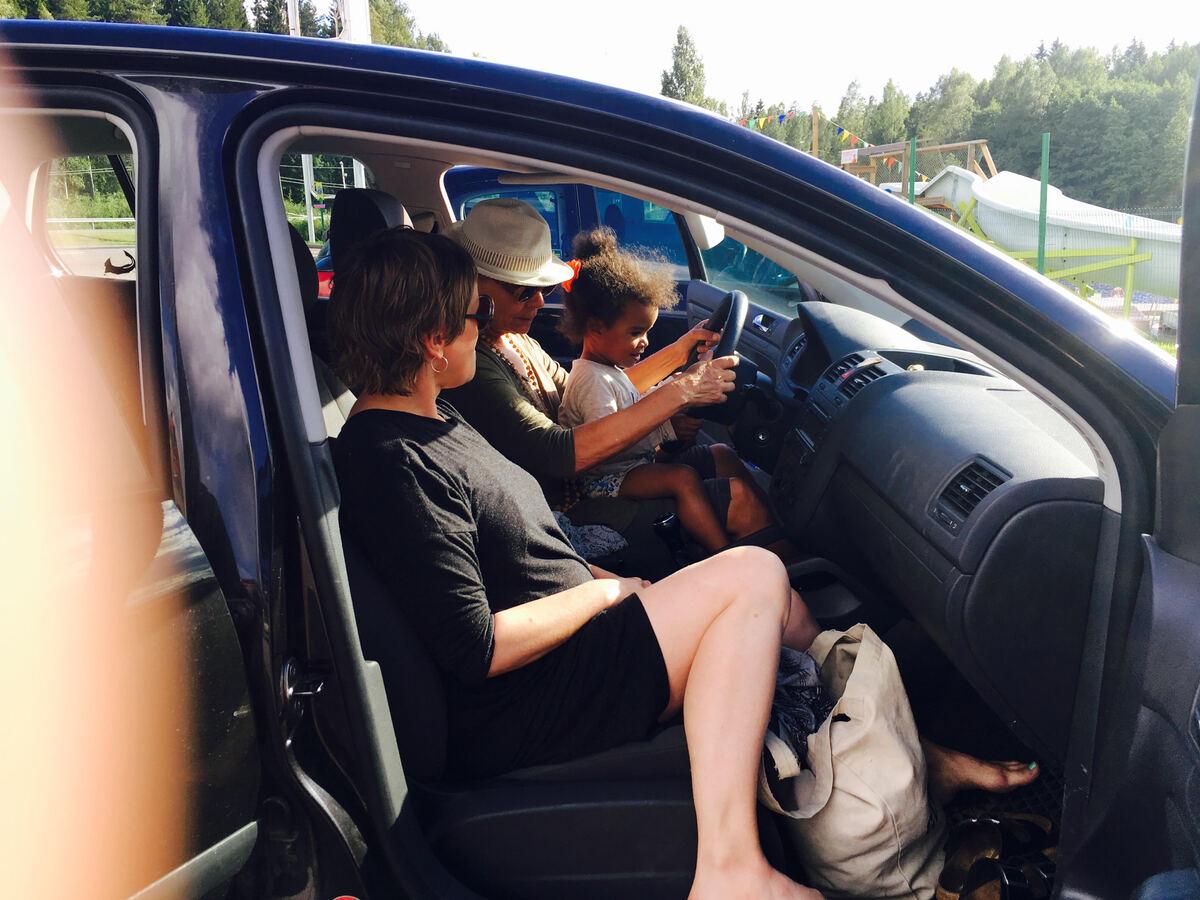 Perhe automatkalla Naantaliin