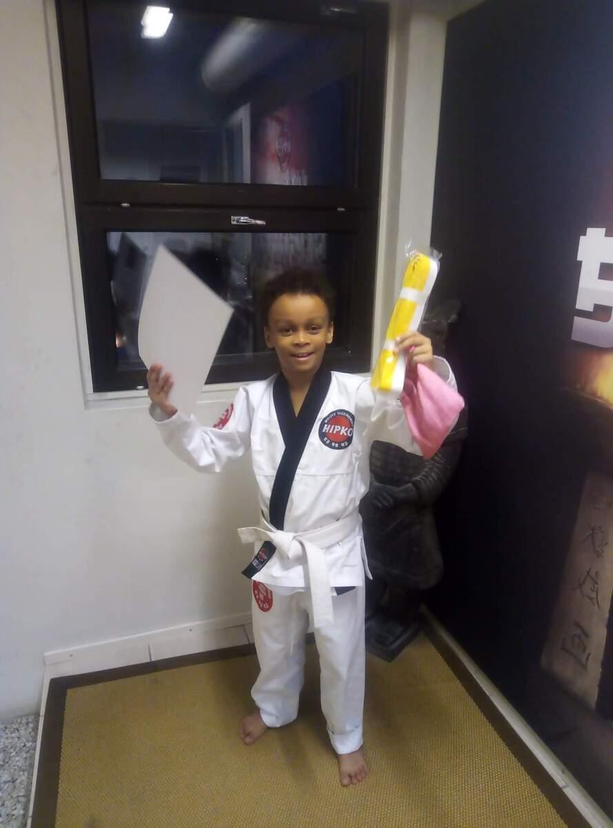 Poika taekwondon vyökokeiden jälkeen Hipko-seuran tiloissa Metsälässä.