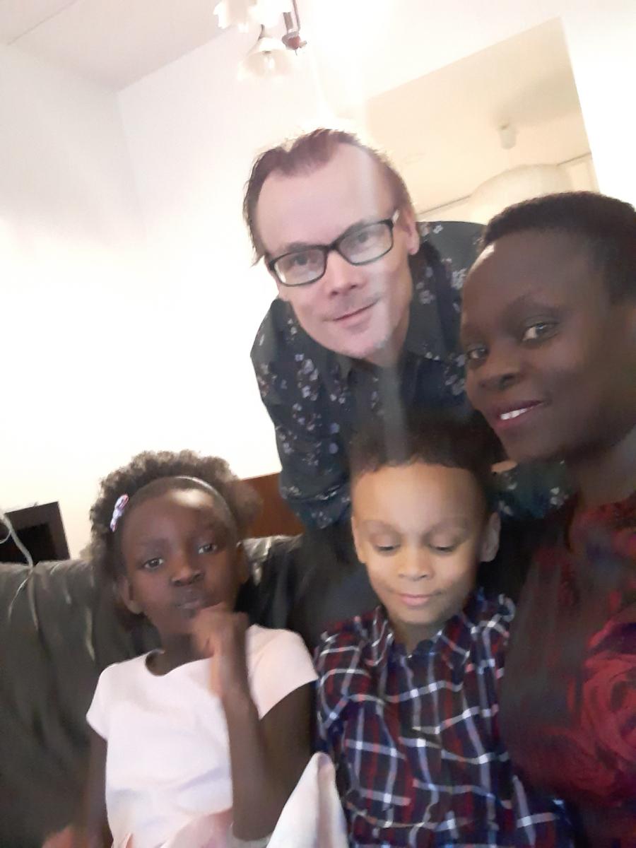 Afrosuomalainen perhe pukeutuneena syntymäpäiväjuhliin kotonaan Hermannin kaupunginosassa.