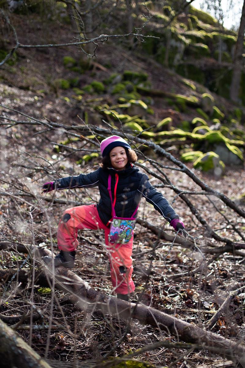 Munkkivuori, tyttö leikkimässä keväisessä metsässä.