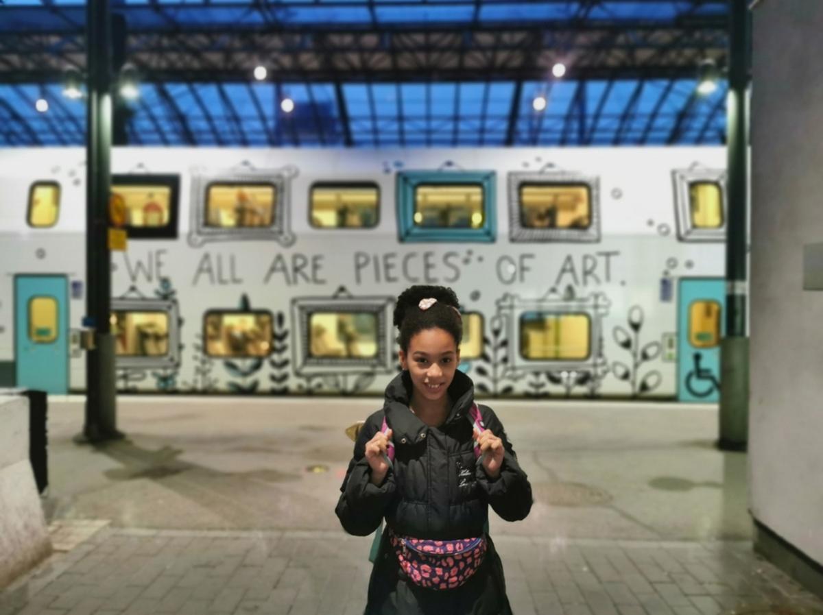 Helsingin päärautatieasema, tyttö lähdössä junamatkalle.