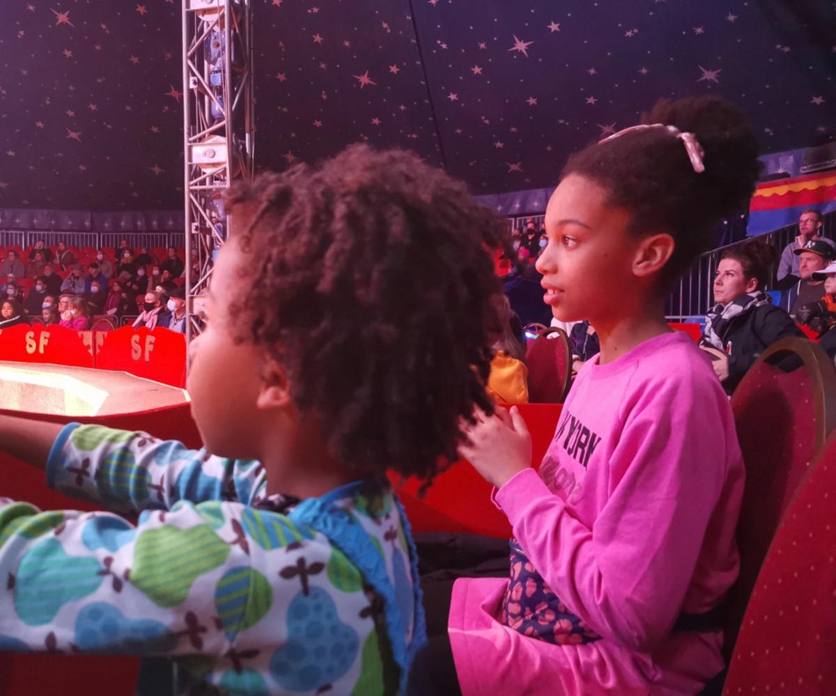 Sirkus Finlandia Kaisaniemen puistossa 28.10.2018, tyttö ja hänen pikkuveljensä seuraavat sirkusesitystä.