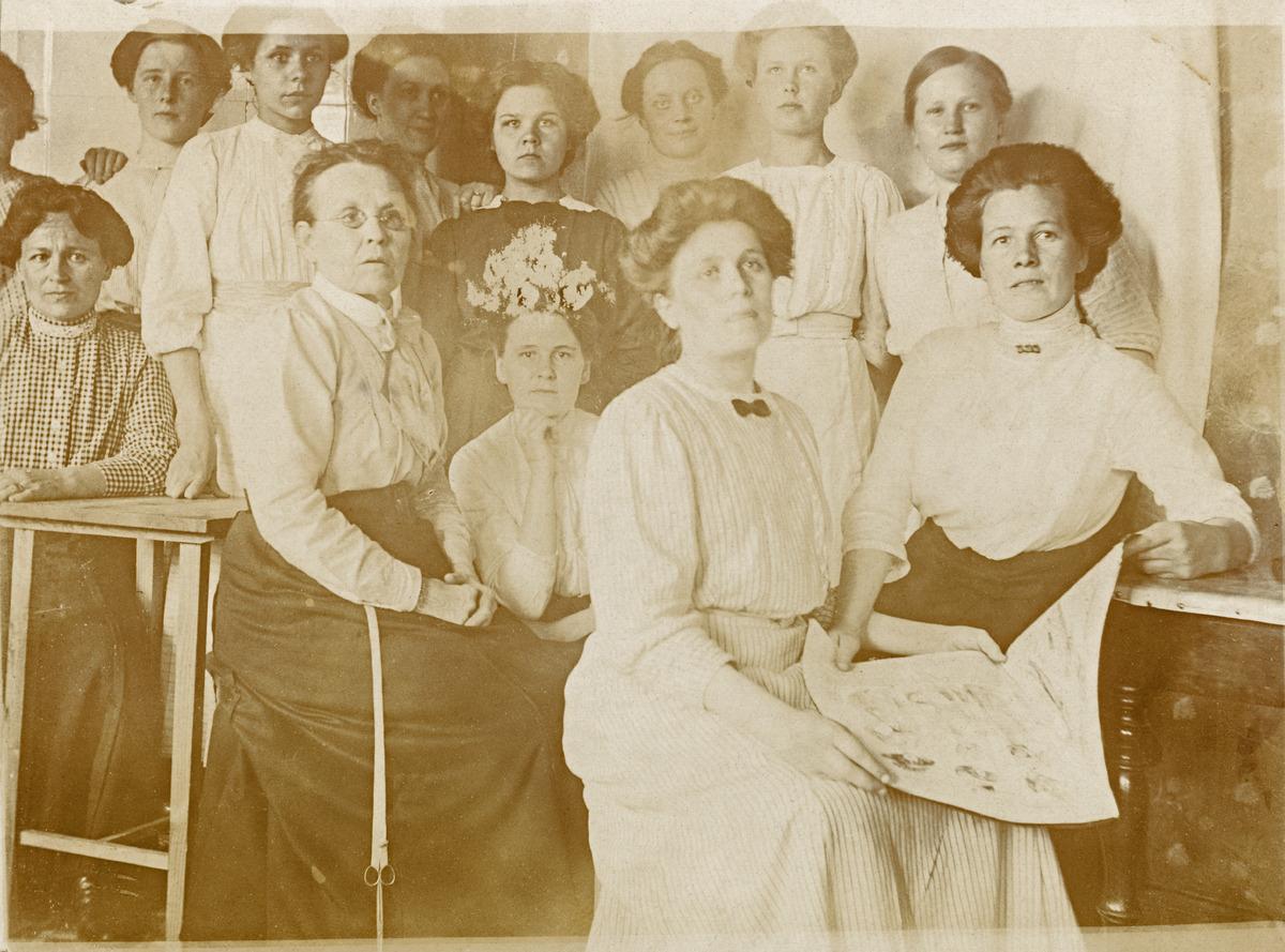 Modisti Anna Kellbergin ateljee, Ratakatu 1. Kuvassa liikkeen henkilökuntaa, ainakin Naema Packalén ja neiti Rejonen