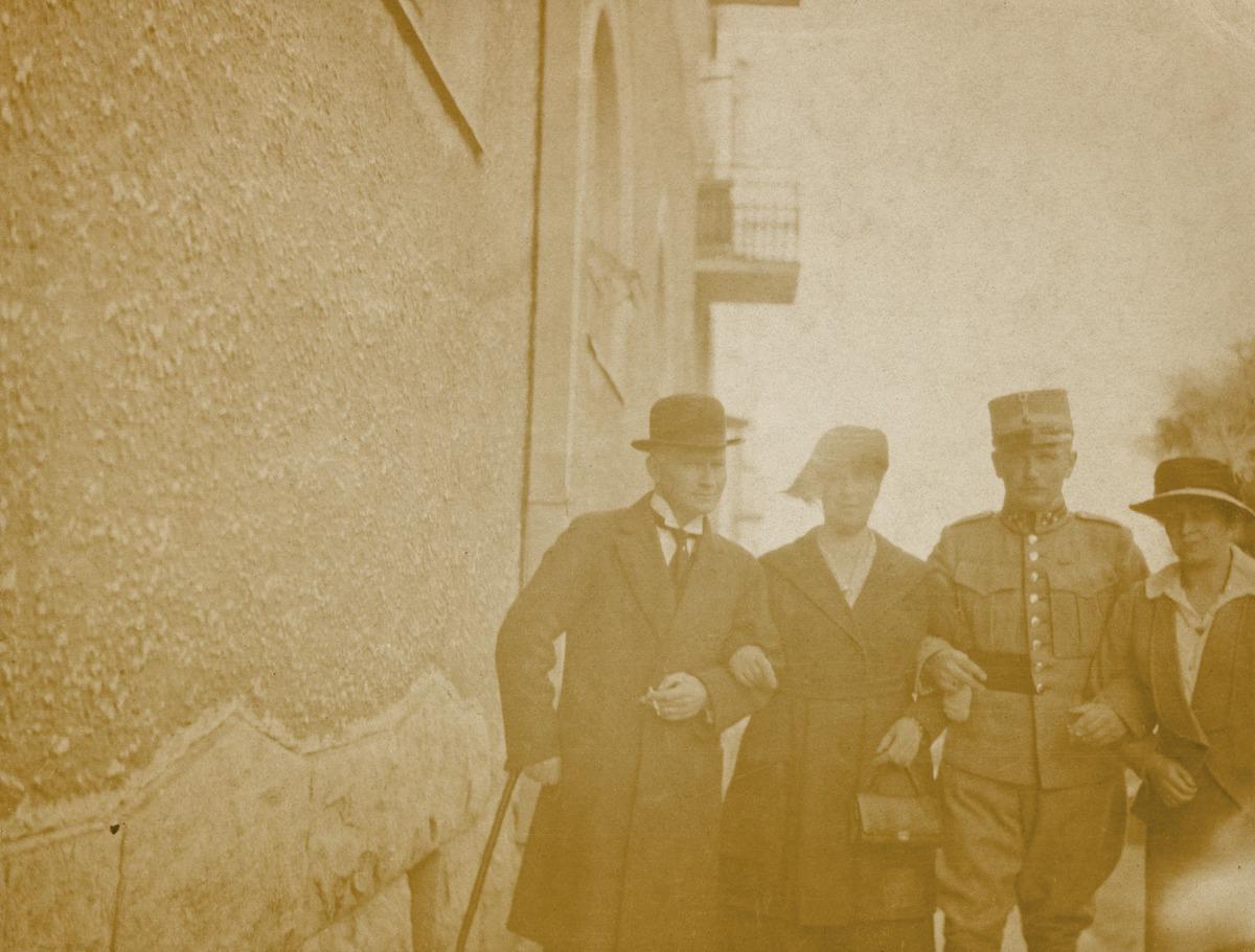 Kaksi pariskuntaa kadulla, Claussenit Tanskasta ja von Scharnhorstit
