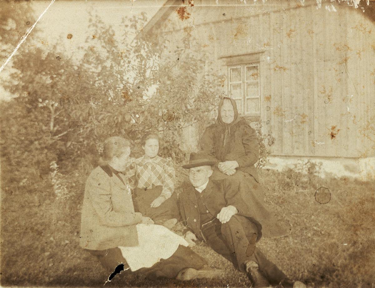 Neljä henkilöä Nystuganin eli Uusituvan pihalla