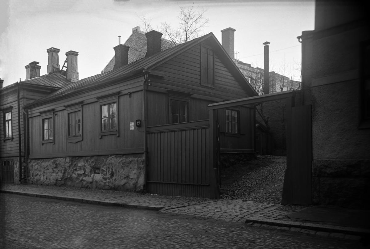 Kristianinkatu 12. Kuvassa kantakaupungin vanhin paikallaan säilynyt puutalo, Ruiskumestarin talo sekä portti kadun puolelta