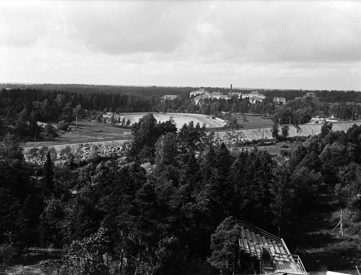 Helsingin kulkutautisairaala (= Auroran sairaala), Edessä Eläintarhan urheilukenttä.