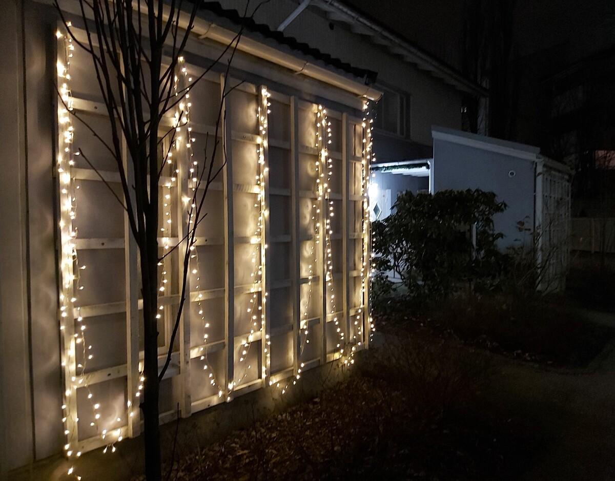 Rivitaloasunnon yksi ulkoseinä on valaistu jouluvaloin Herttoniemenrannassa