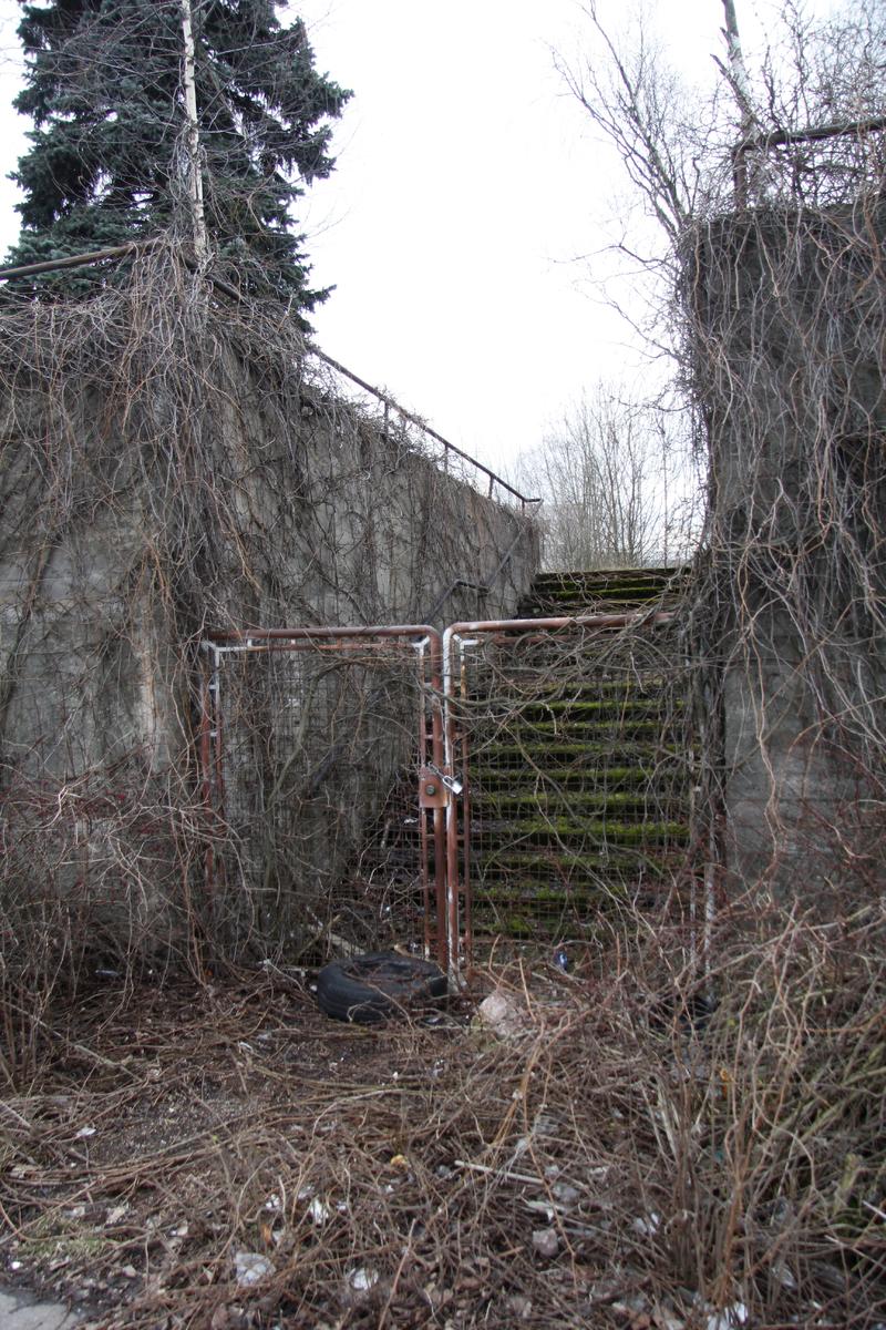 Metallisella portilla suljetut portaat tyhjällä tontilla Herttoniemen teollisuusalueella
