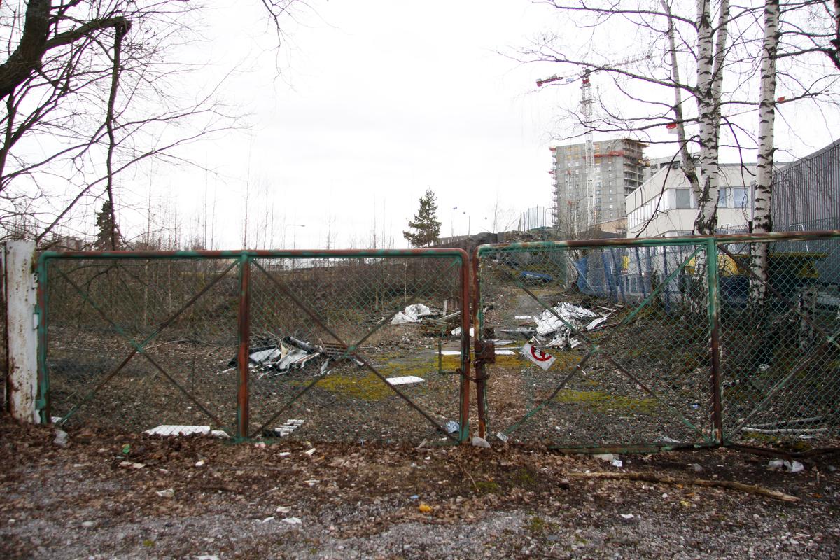 Metallisella portilla suljettu tyhjä, rakentamaton tontti Herttoniemen teollisuusalueella