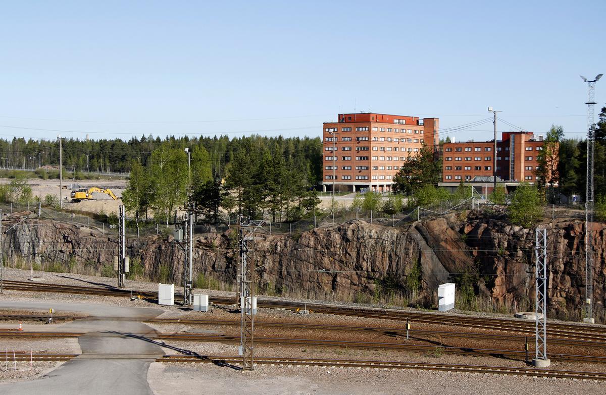 Entisen maaliikennekeskuksen toimistorakennuksia junaraiteiden yli nähtynä vuonna 2016.