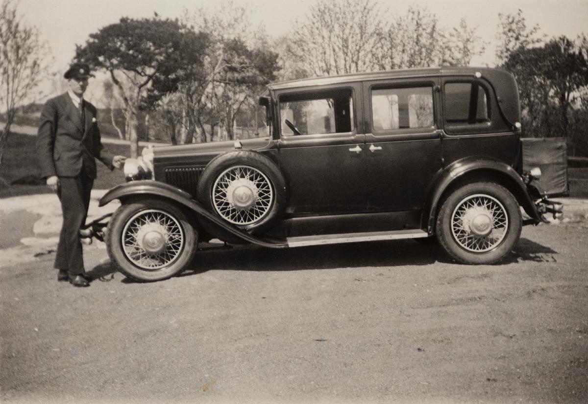 Kaivopuisto, insinööri Eric Alander (1902 - 1991) seisoo puiston laitaan pysäköidyn uuden autonsa edessä