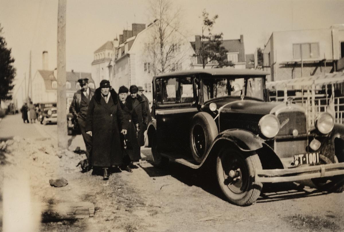 Turkulaiset rouva Edla Alander, Turun Vanuliikkeen (vuodesta 1938 Turun Vanu) perustaja Aline Grönberg ja neiti Ebba Weilin tulossa kahvilta Munkkiniemen Casinolta