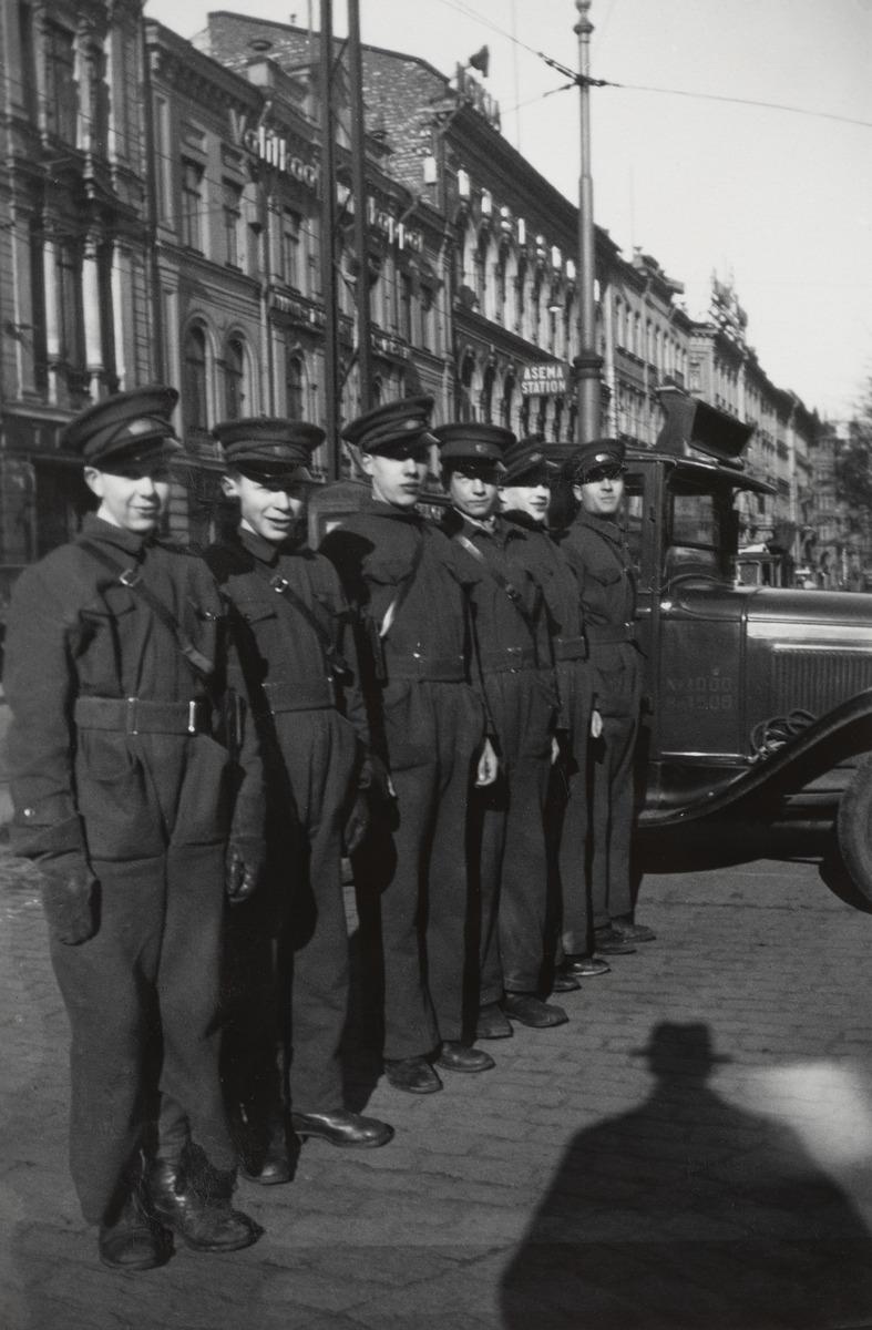 Turun Vanuliikkeen (myöhemmin Turun Vanu) kuusi lähettiä univormuissaan seisoo Länsi-Heikinkatu 6:n (nykyään Mannerheimintie 2a) edessä