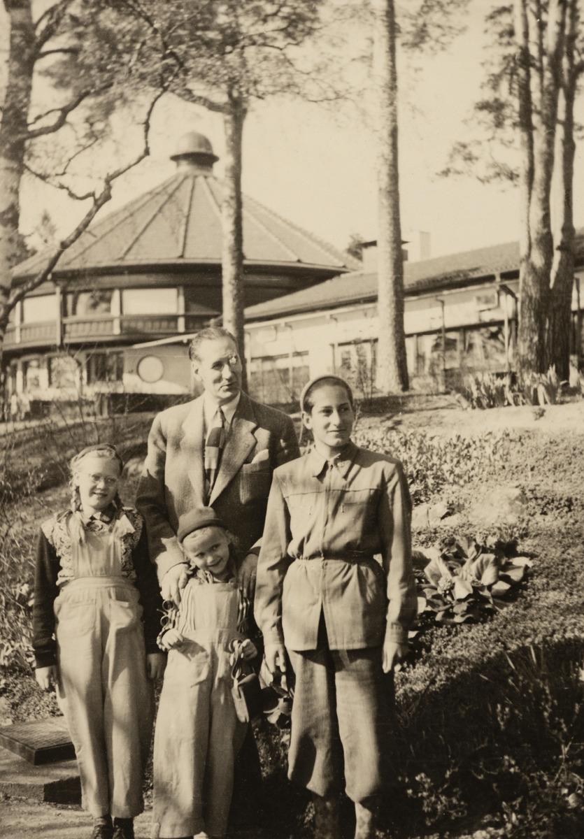 Insinööri Eric Alander (1902 - 1991) sunnuntaikävelyllä Munkkiniemessä poikansa ja kahden tyttärensä kanssa