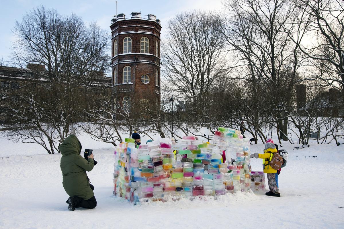 Jäälinnan rakentamista Sinebrychoffin puistossa koronapandemian aikana