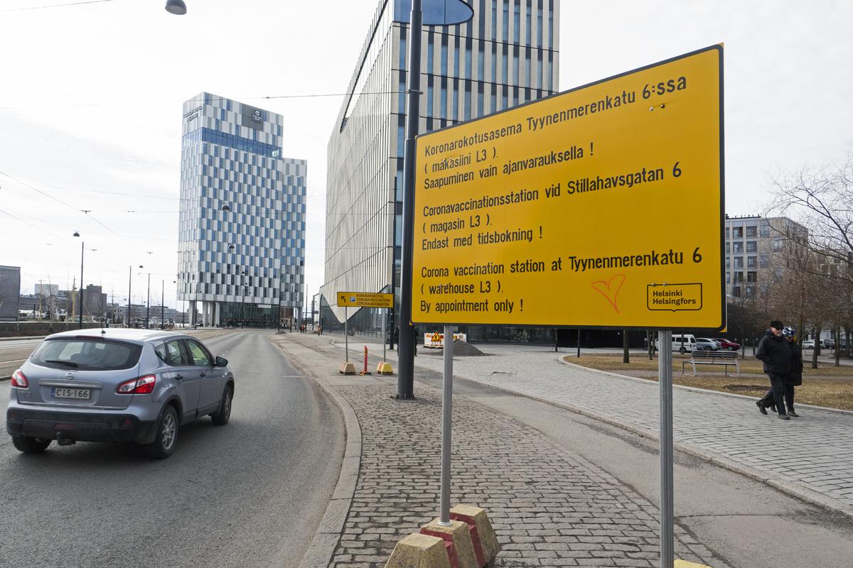 Koronarokotusaseman opastekylttejä Jätkäsaarenlaiturin varrella Jätkäsaaressa koronapandemian aikana
