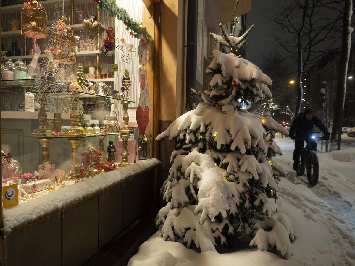Jouluvalot lumen peittämässä joulukuusessa Chez Janet -kahvilan edessä, Bulevardi 24. Kahvilan näyteikkunassa on liikkeessä myytäviä ranskalaisia lahjatavaroita ja koristeita