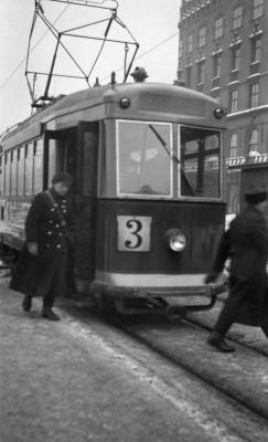 Linja 3:n raitiovaunu menossa kaakon suuntaan Heikinkatu 11:n kohdalla (nykyään Mannerheimintie 7)