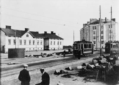 Raitiovaunuja ns. viiden minuutin pysäkillä Porvoonkadulla, kuvattu lännestä itään kohti Viipurinkatua