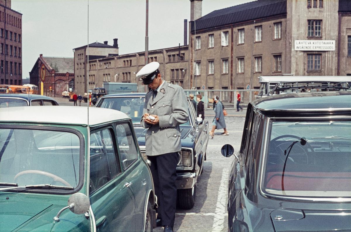 Poliisi tarkastaa pysäköityjä autoja Asema-aukiolla