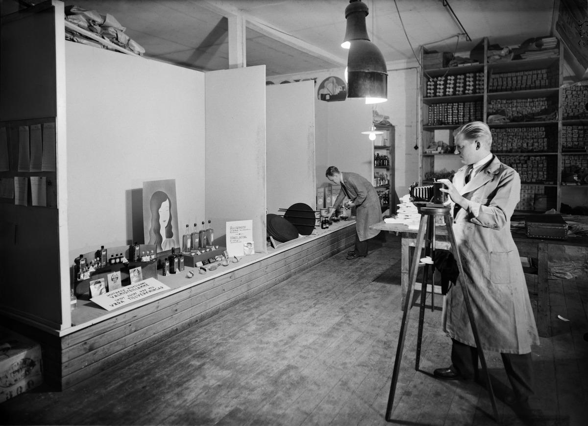 Eino heinonen valokuvaa malli-ikkunaa kuvataan Elannon koristeluosastolla l. somistamossa entisen tulitikkutehtaan rakennuksessa