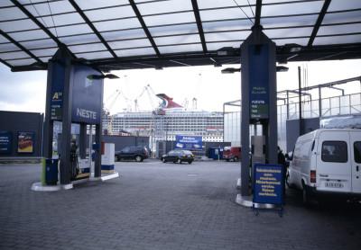 Nesteen huoltoasema kuvattuna koillisesta, Hietalahdenranta 6. Taustalla rakennetaan laivaa Kvaerner Masa-Yardsin (nykyään Helsinki Shipyard Oy) telakalla Munkkisaaressa