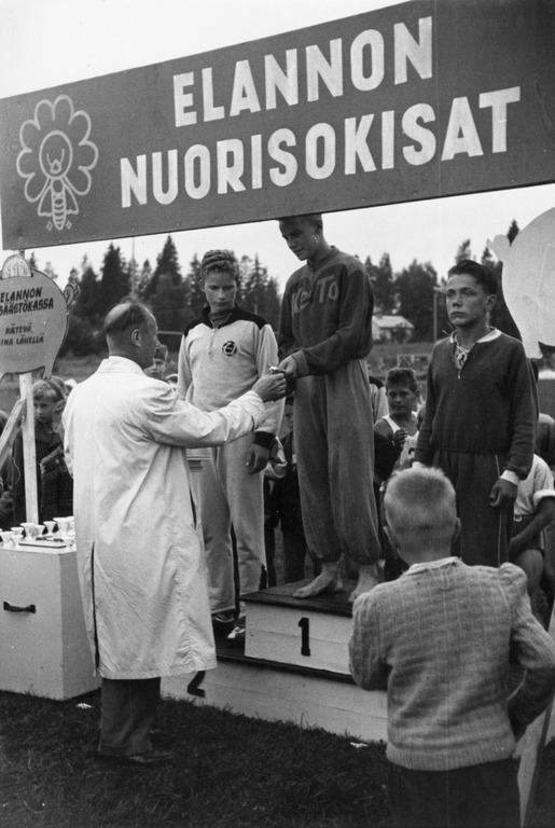 Tarkastaja Eino Laine jakaa palkintoja Elannon nuorisokisoissa Keravalla.