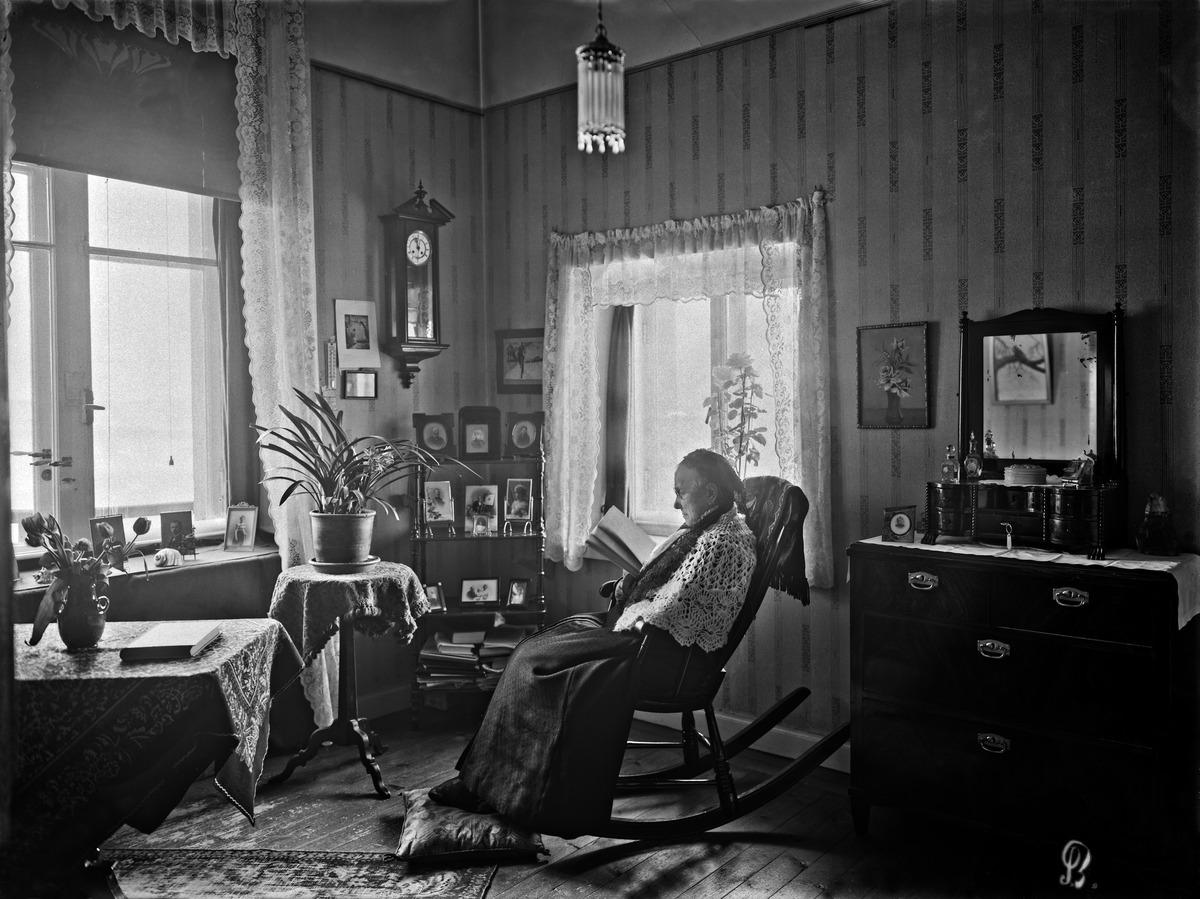 Rouva Henriette Fohströmin kamari professori Hjalmar Tallqvistin asunnossa.
