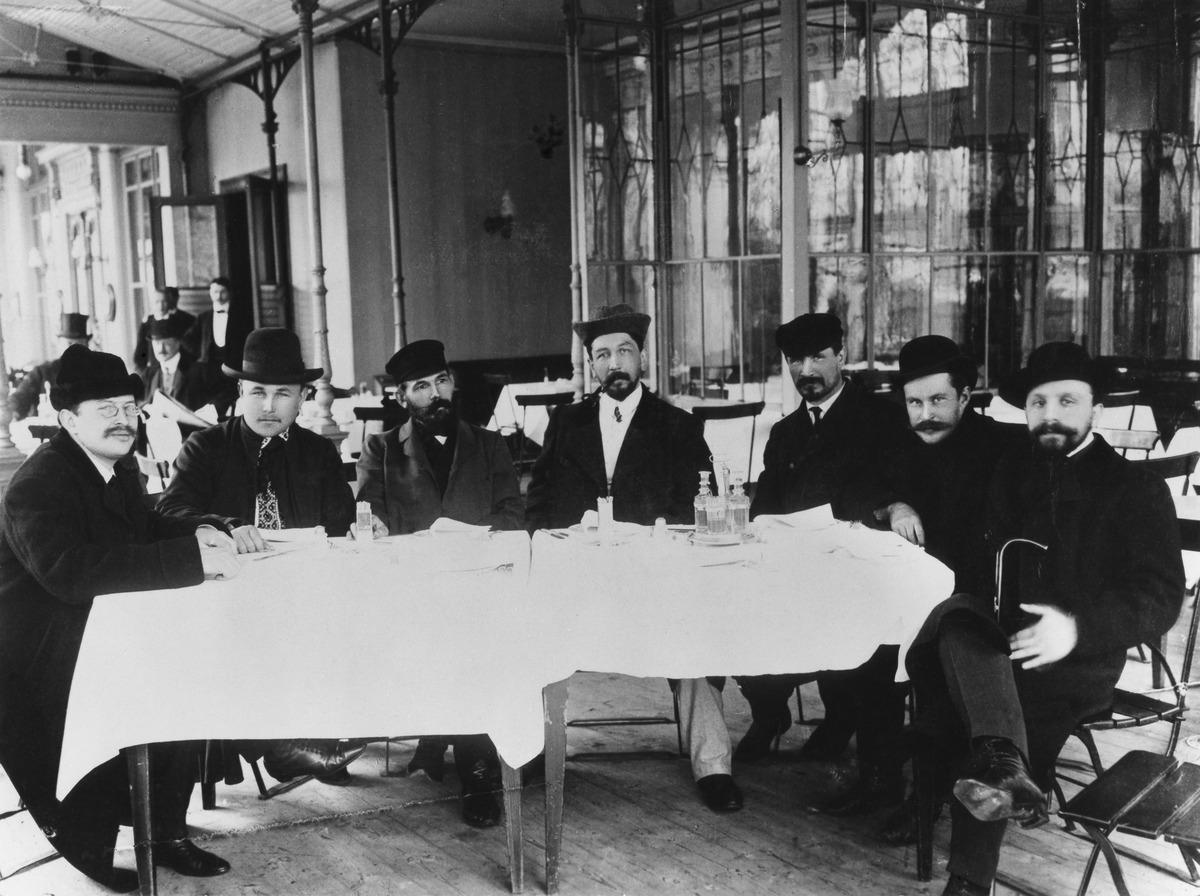 Venäjän valtakunnan duuman jäseniä nauttimassa lounasta ensimmäisten yksikamaristen valtiopäivien avajaisien jälkeen 25.5.1907 Esplanadin kappelissa