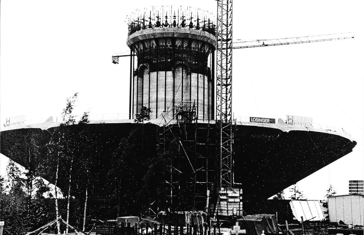 Roihuvuoren vesitornin rakentaminen kesällä 1979, vesisäiliön nostaminen alkaa