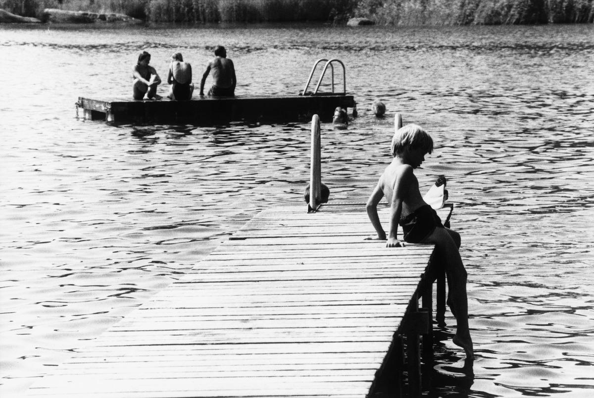 Poika menossa uimaan Hevossalmen uimarannalla