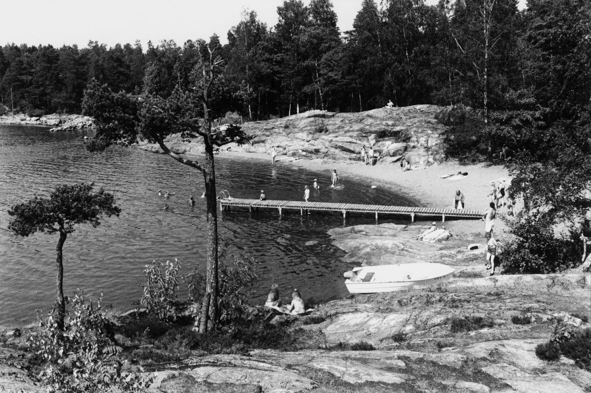 Uimareita Hevossalmen uimarannalla.