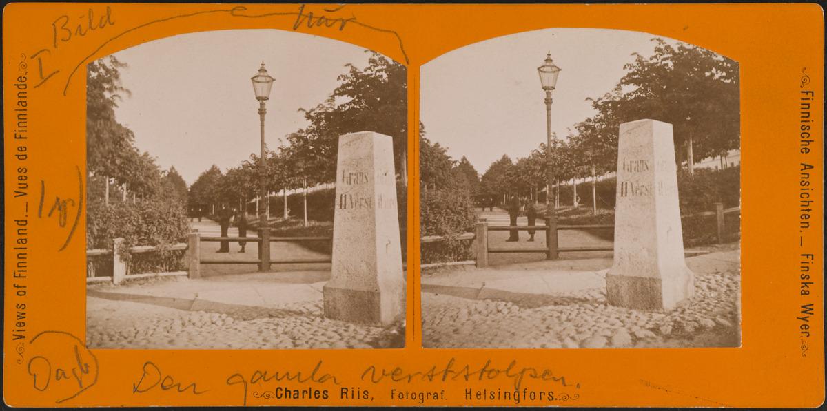 Kivinen virstanpylväs Esplandin kohdalla, taustalla Esplanadin puistoa.