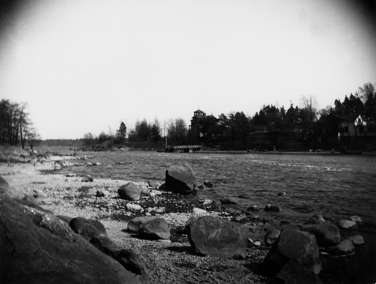Hylkysaari nähtynä Korkeasaaresta, saarten välissä Hylkysaarensalmi.