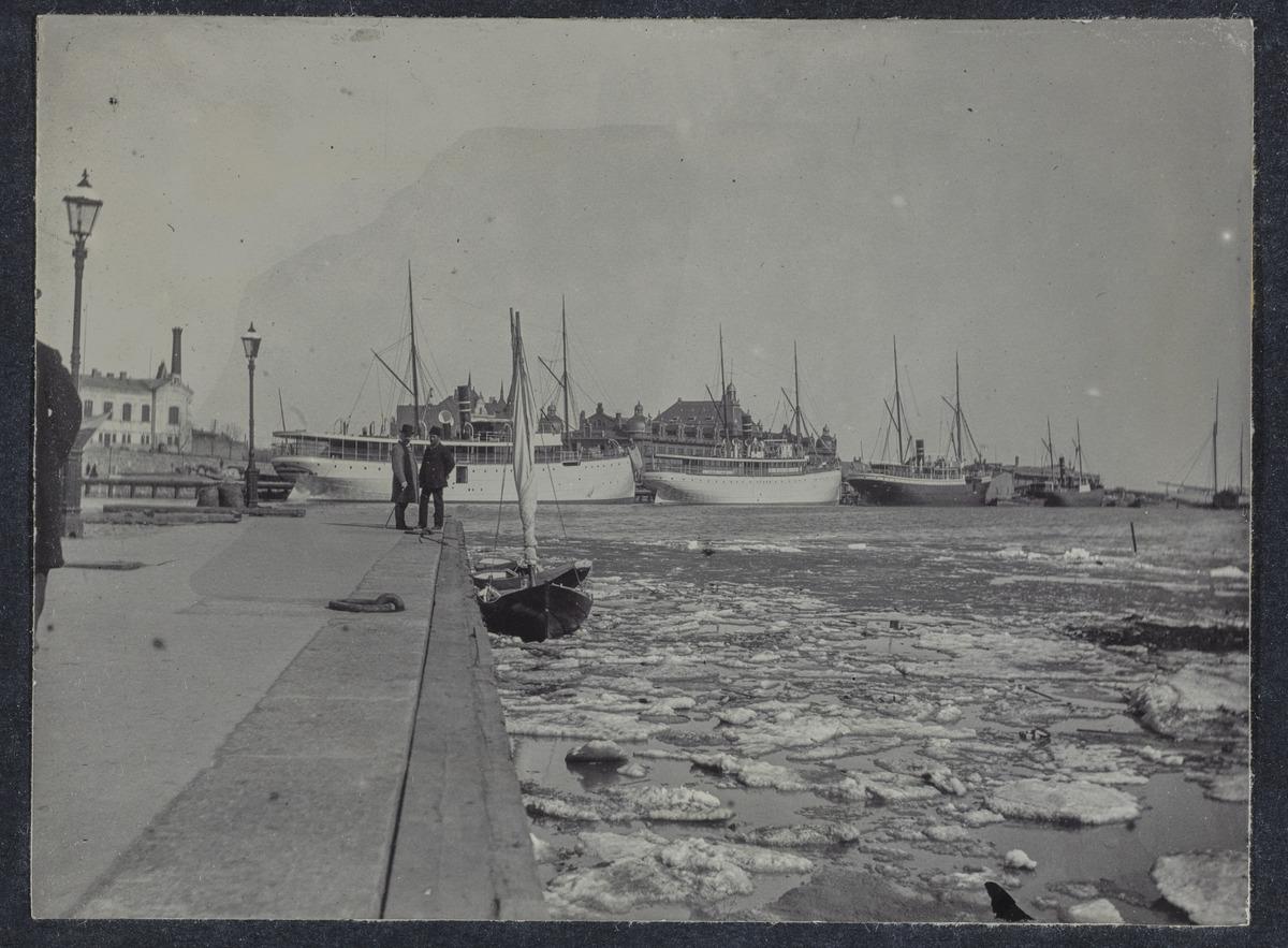 Laivoja Eteläsatamassa, Myntkajen (= Mynttirantakatu = Rahapajanranta = Katajanokanlaituri)