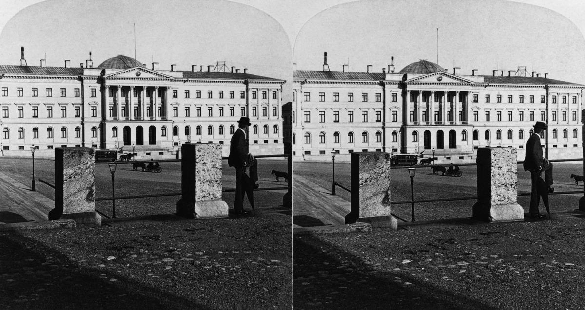 Senaatintalo (Valtioneuvoston linna), Nikolainkatu (Snellmaninkatu) 1, nähtynä Nikolainkirkon (Suurkirkko, Helsingin tuomiokirkko) terassilta.